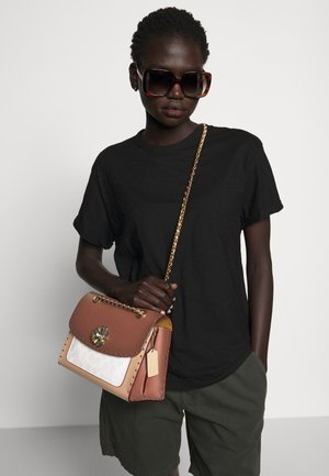 SIGNATURE BORDER RIVETS PARKER SHOULDER BAG - Torebka - chalk rust/multi