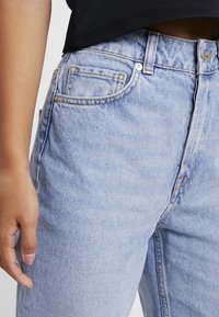Selected Femme Petite - SLFKATE STRAIGHT MID - Relaxed fit jeans - medium blue denim - 3