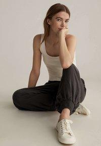OYSHO - Pantalon de survêtement - brown - 4