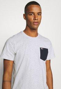 Tommy Jeans - CONTRAST POCKET TEE  - T-shirt z nadrukiem - silver grey - 4