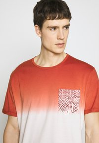 Pier One - T-shirt con stampa - red - 3