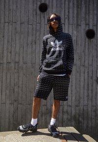adidas Originals - MONO - Shorts - black/white - 1