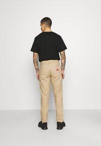 Caterpillar - WORKWEAR CARPENTER PANTS - Pantalon classique - camel - 2