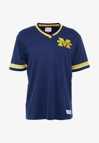Mitchell & Ness - NCAA MICHIGAN THE OVERTIME WIN TEE - T-shirt imprimé - navy - 5