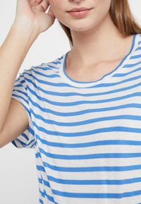 CLOSED - Print T-shirt - bluebird - 4