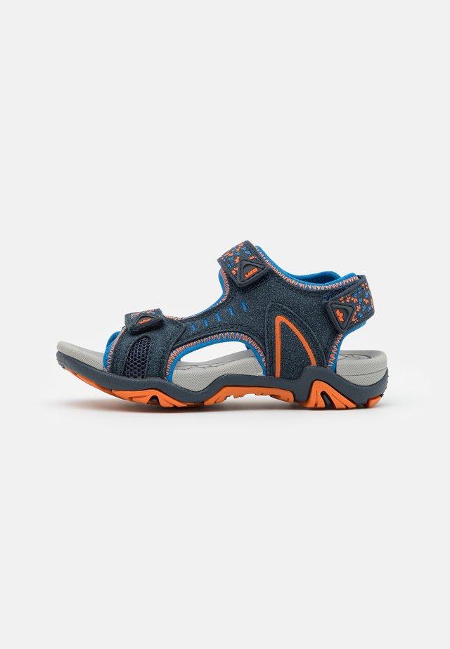 GOMERA  - Tursandaler - marine/blau/orange