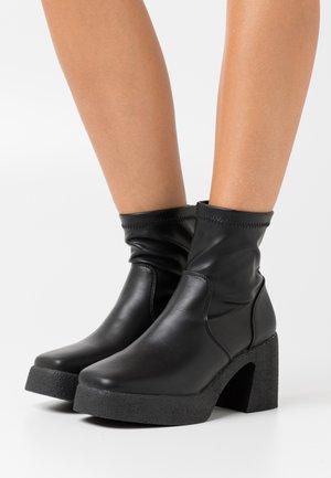 ZAZA PLATFORM BOOT - Enkellaarsjes met plateauzool - black