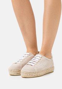 Macarena - PATRI  - Volnočasové šněrovací boty - beige - 0