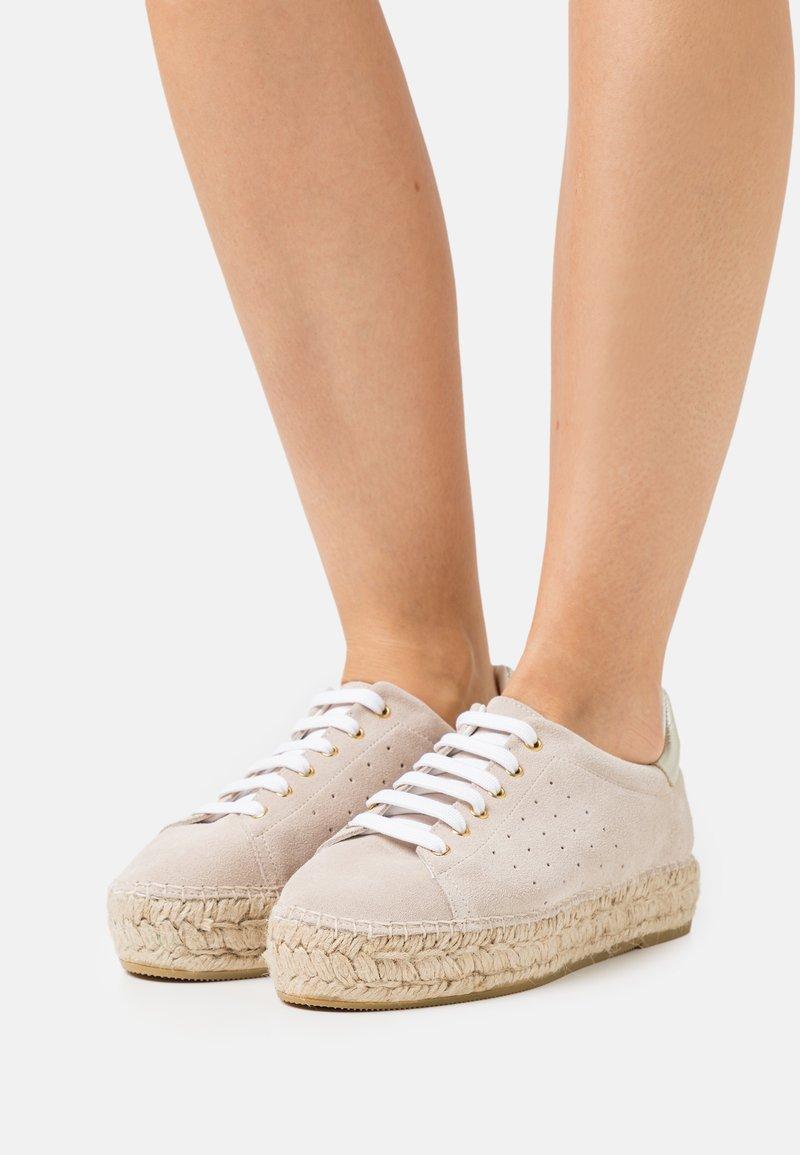 Macarena - PATRI  - Volnočasové šněrovací boty - beige