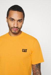 Caterpillar - SMALL LOGO TSHIRT - T-shirt basic - yellow - 3
