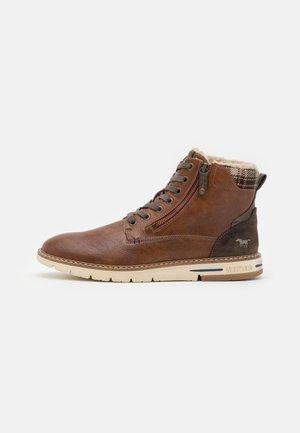 Šněrovací kotníkové boty - cognac