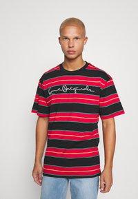 Karl Kani - ORIGINALS STRIPE TEE  UNISEX - T-shirt z nadrukiem - red/black/green - 0