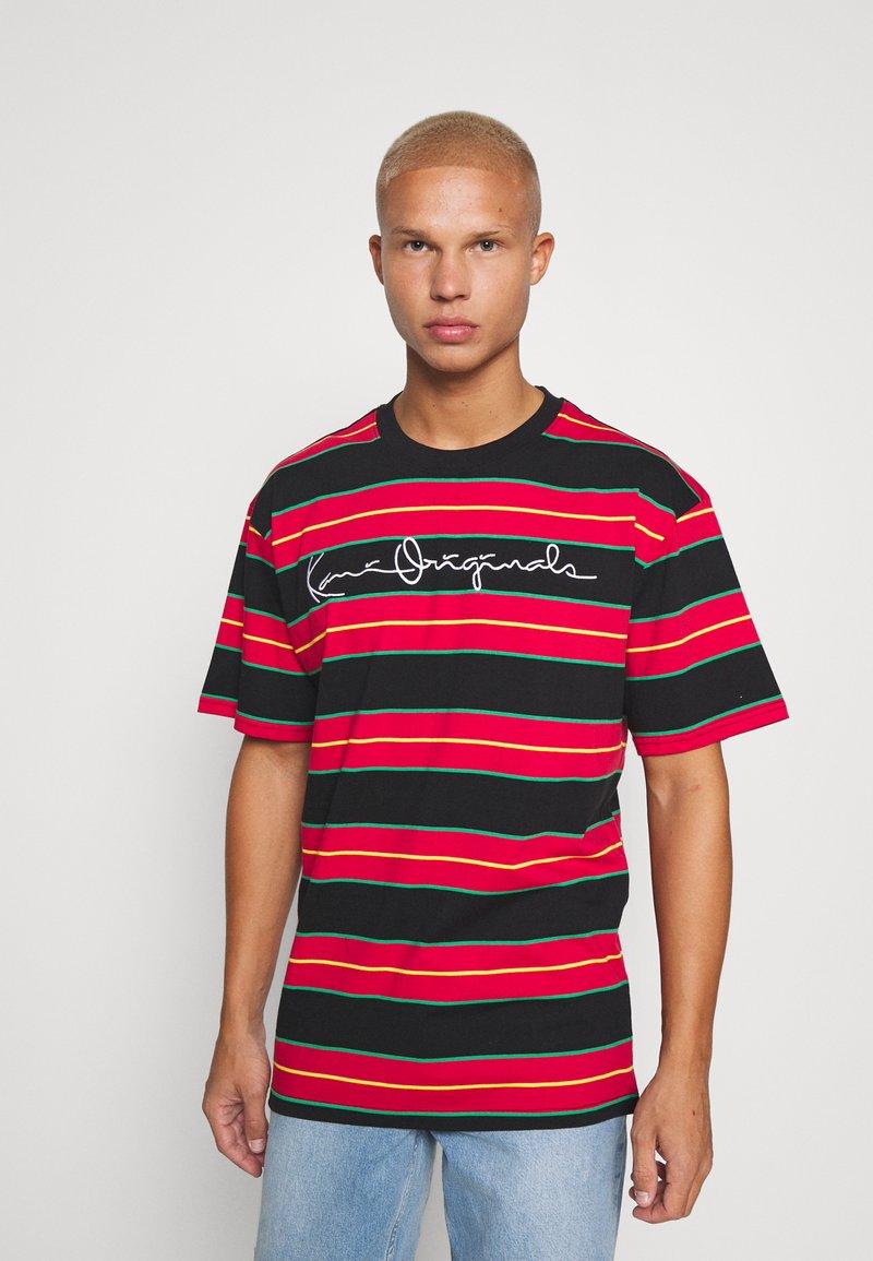 Karl Kani - ORIGINALS STRIPE TEE  UNISEX - T-shirt z nadrukiem - red/black/green