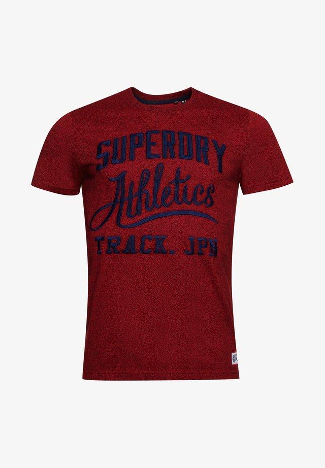 VINTAGE VARSITY - T-Shirt print - red hook grit