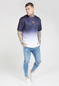 SIKSILK - BOXY FADE TEE - Print T-shirt - navy/white - 1