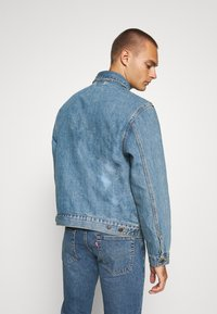 Levi's® - MECHANIC'S TRUCKER - Cowboyjakker - light blue denim - 2
