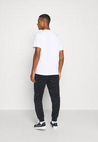 Nike Sportswear - TEE FUTURA SHOEBOX - Camiseta estampada - white - 2