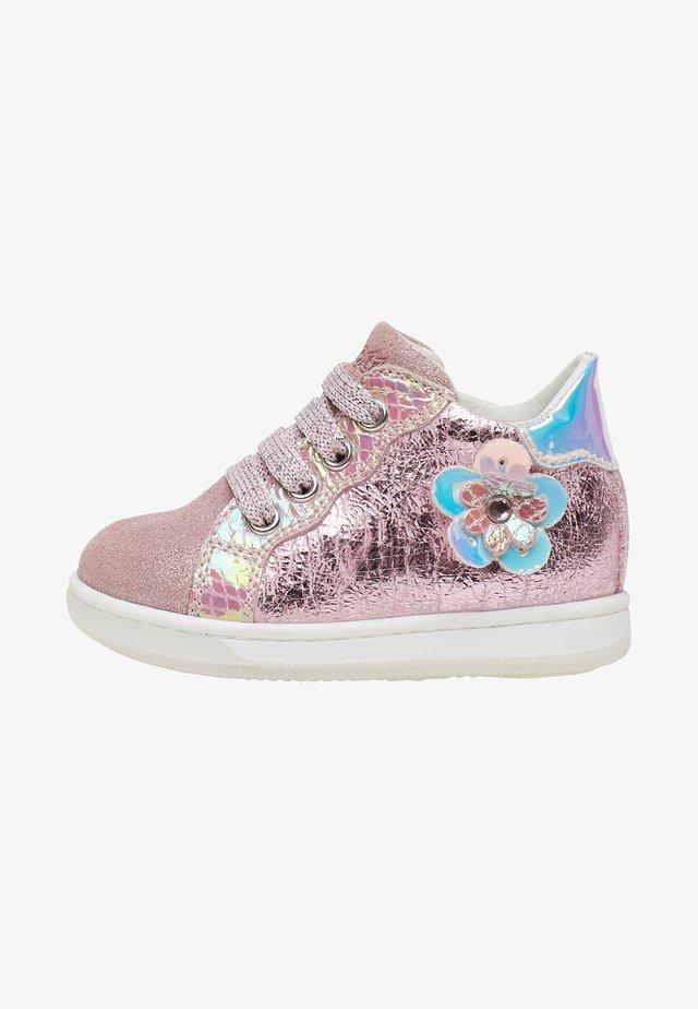 ADHIRA - Chaussures premiers pas - pink