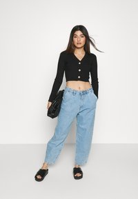 Missguided Petite - BUTTON CROPPED CARDIGAN - Cardigan - black - 1