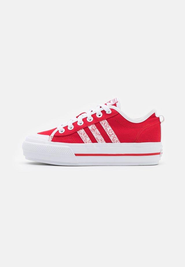NIZZA PLATFORM  - Baskets basses - scarlet/footwear white/core black