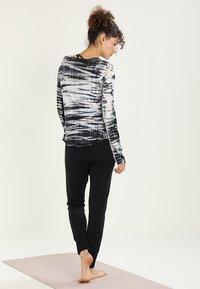 Free People - SUNNY SKINNY - Pantalones deportivos - black - 2