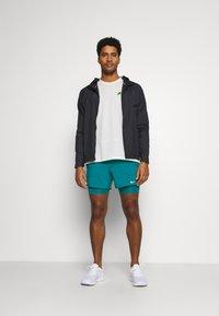 Nike Performance - Pantalón corto de deporte - blustery/blustery/silver - 1
