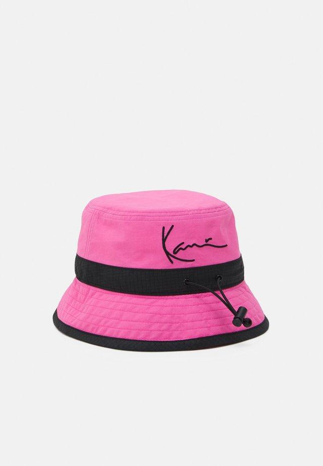 SIGNATURE BUCKET HAT UNISEX - Cappello - pink