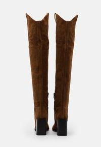Furla - ESTER KNEE BOOT - Boots med høye hæler - cognac - 3