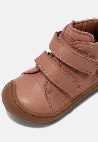 Bisgaard - GERLE UNISEX - Baby shoes - nude - 6