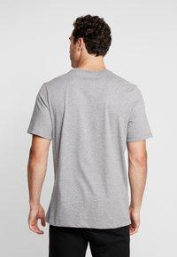 Jordan - CLASSICS  CREW - T-shirt med print - carbon heather/gym red - 2