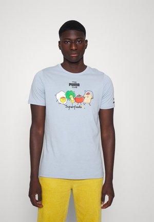 CLUB GRAPHIC TEE - Camiseta estampada - blue fog