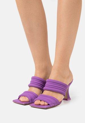 FROSTINE - Klapki - purple