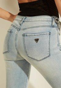 Guess - Slim fit jeans - himmelblau - 5