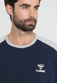 Hummel - FLINT - Langærmede T-shirts - black iris - 3