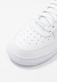 Nike Sportswear - AIR FORCE 1 - Joggesko - white/atomic pink/fossil - 5