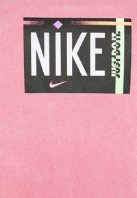 Nike Sportswear - TEE WASH PLUS - Print T-shirt - sunset pulse - 2