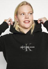 Calvin Klein Jeans Plus - GLITTER MONOGRAM HOODIE - Felpa con cappuccio - black - 4