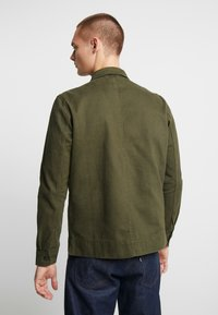 Knowledge Cotton Apparel - HEAVY OVERSHIRT WITH SIDE POCKETS - Overhemd - green forest - 2
