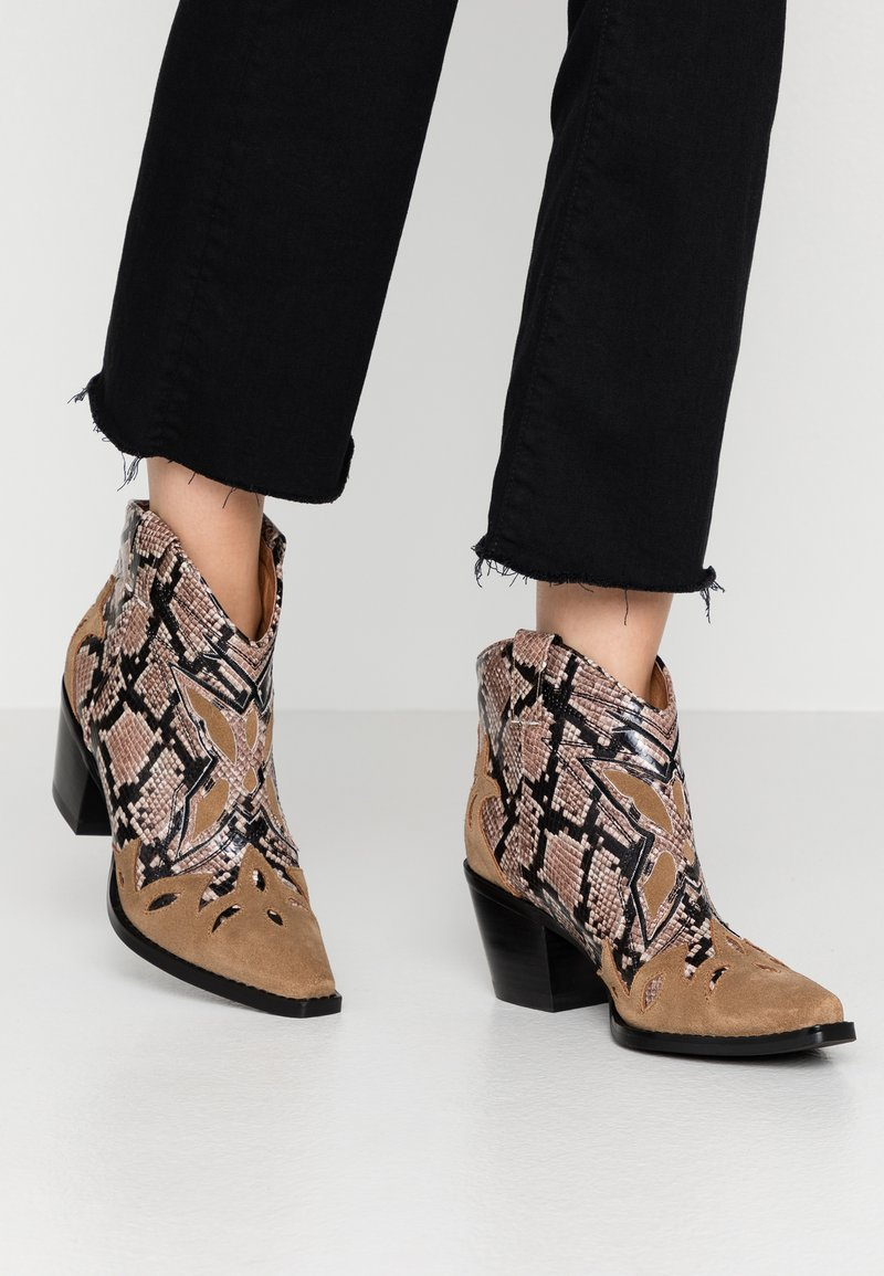 Jeffrey Campbell - TOONEY - Ankle boots - tan