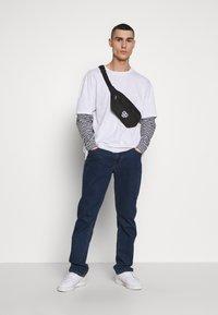 Urban Classics - DOUBLE LAYER STRIPED TEE - Maglietta a manica lunga - white - 1