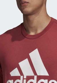 adidas Performance - MUST HAVES BADGE OF SPORT T-SHIRT - Camiseta estampada - red - 5