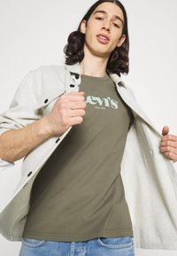 Levi's® - SS RELAXED FIT TEE - Print T-shirt - dusty olive - 4