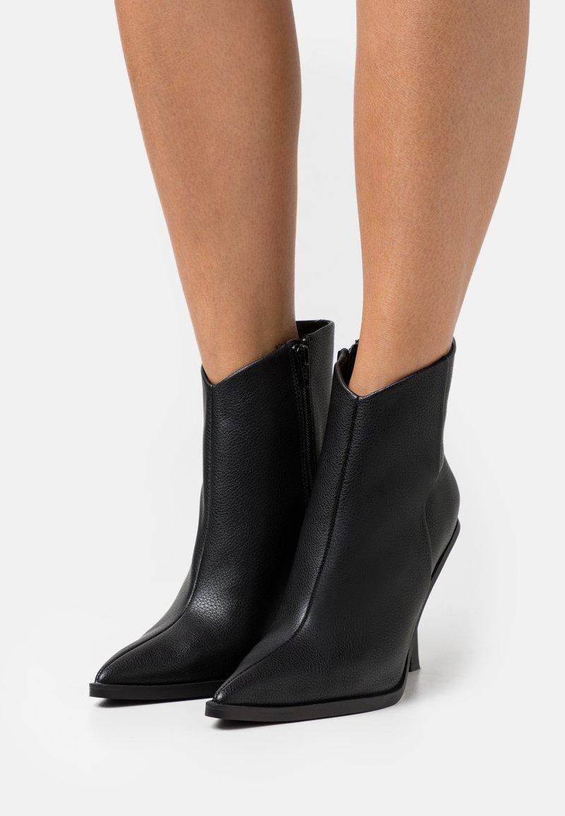 Topshop - HANDSOME POINT BOOT - Kotníkové boty - black
