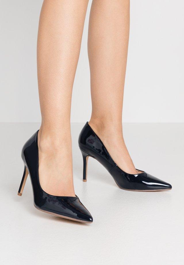 WIDE FIT DELE POINT COURT - Zapatos altos - navy