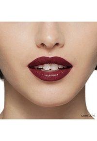 Bobbi Brown - LUXE LIP COLOR - Lipstick - color crimson - 2