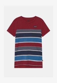 Levi's® - HIGH LOW HEM UNISEX - T-shirt print - biking red - 0