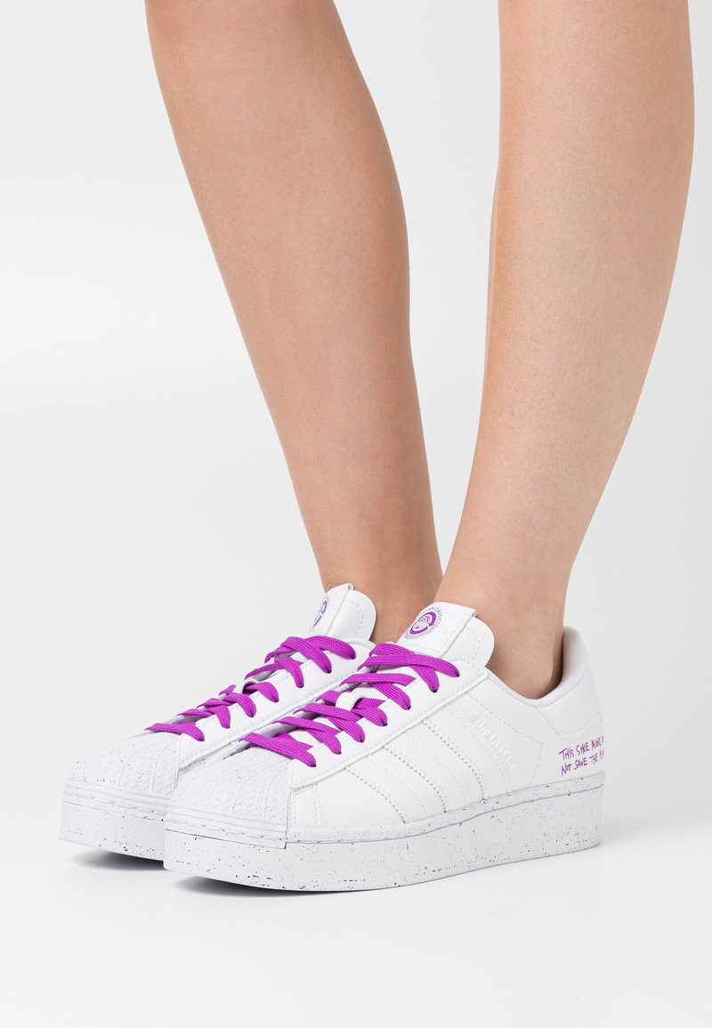 adidas Originals - SUPERSTAR BOLD PRIMEGREEN VEGAN - Zapatillas - footwear white/shock purple