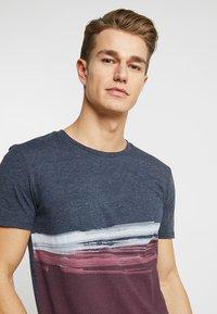 TOM TAILOR DENIM - T-shirt print - deep burgundy red - 4
