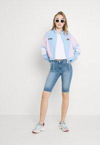 ONLY - ONLBLUSH WAIST LONG - Jeansshorts - medium blue denim - 1