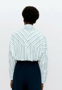 Uterqüe - MIT KOMBINIERTEM STREIFENPRINT  - Button-down blouse - white - 2